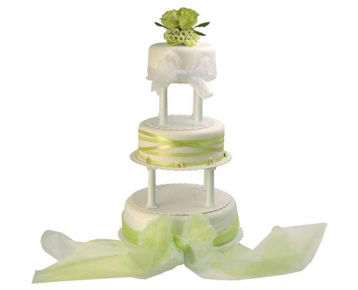 Svatební dort 24 Třípatrový svatební dort, obalen fondánem,  o rozměrech 18 cm, 24 cm a 32 cm, obalen fondánem, dozdoben živými květy a saténovými stuhami