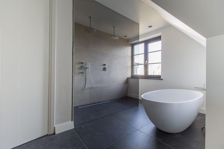 Ook in een natte ruimte als bijvoorbeeld deze badkamer is onze belgisch hardsteen look keramiek - Bijvoorbeeld vlak badkamer ...