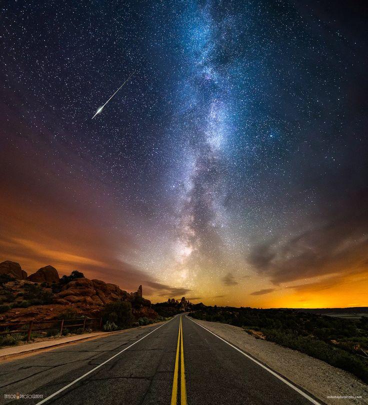 Фото: Как прекрасен Млечный Путь – посмотри  Национальный парк Arches штата Юта был бы совершенно пустынным, если бы не культовые скальные образования, которые круглый год привлекают туристов, кто мало-мальски владеет навыками фотографирования.  Однако, бывает в этом невероятном месте совершенно волшебное время – 3 часа утра. Им и воспользовался астрофотограф ©Mike Taylor, когда решил остановиться прямо посреди дороги, чтобы сфотографировать Млечный Путь. Получившийся снимок – симбиоз…