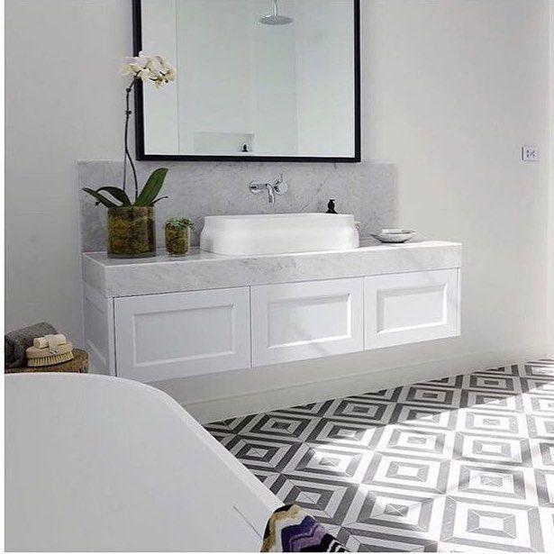 Weisser Wandwaschtisch Mit Shaker Turen Weisser Carrara Marmorplatte Und Spritz Schwarzer Badezimmerboden Weisse Badezimmer Marmorplatte