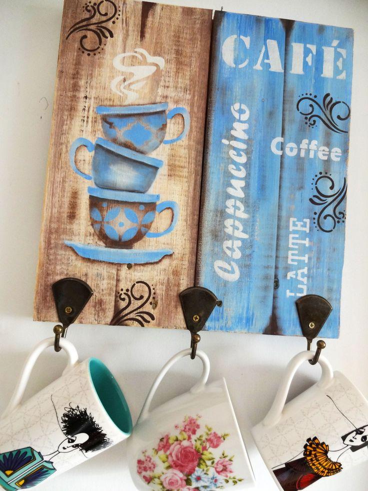 Porta-xícaras confeccionada em pallet trabalhado com pintura artística, aplicação de stencil, e técnica de envelhecimento com proteção de verniz especial.    Decora sua cozinha e também a sala de estar, ou aquele cantinho especial destinado a degustação de uma bela xícara de café junto aos amigos...