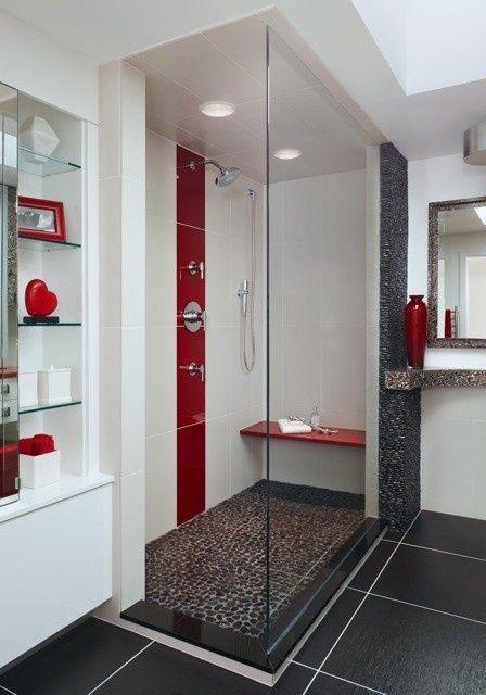 Banheiro com detalhes em vermelho e preto.