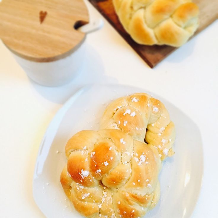Perfekt fürs Frühstück: Diese süßen Hefeknoten sind so locker, so saftig und duften so unglaublich gut - Mhhhhh, einfach so unglaublich lecker.