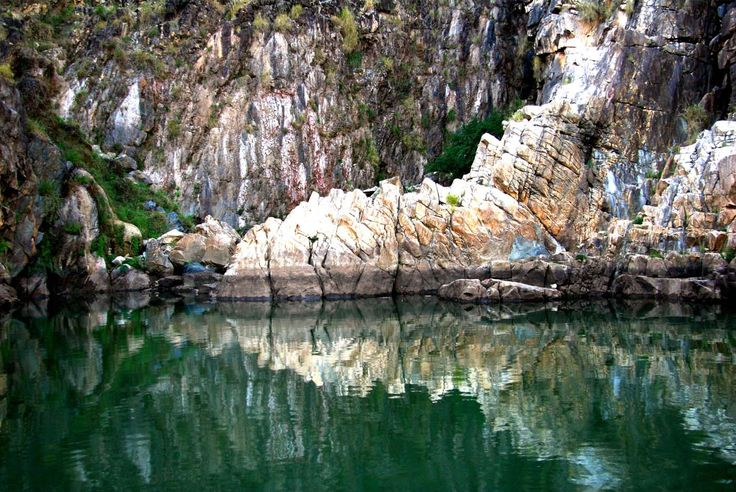 Rocas de mármol de Bhedaghat (Madhya Pradesh, India) Rocas de mármol puro emergen de las aguas del río Narmada como en una visión fantástica en Madhya Pradesh, en el corazón de la India.