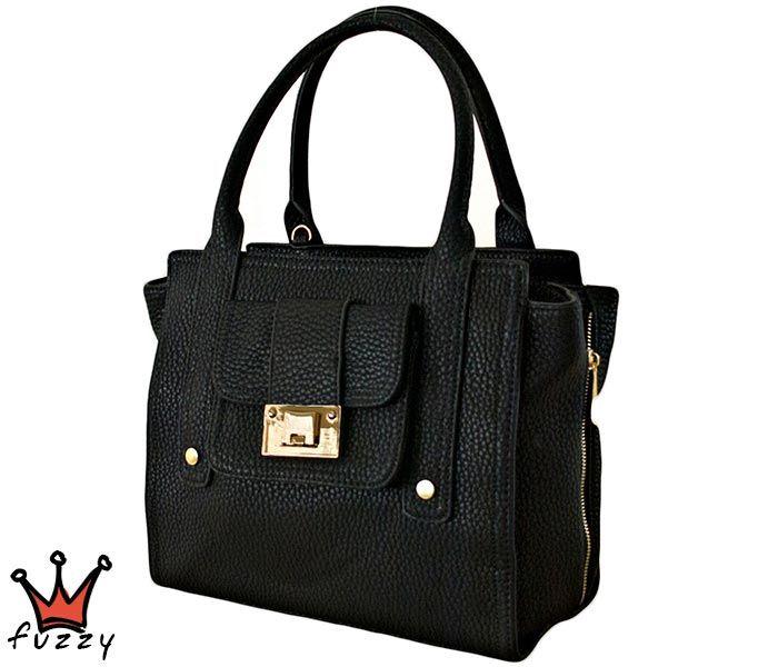 Τσάντα γυναικεία σε μαύρο χρώμα, απομίμηση δέρμα, με μία εξωτερική θήκη και δυο εσωτερικές με φερμουάρ. Έξτρα λουράκι ώμου. Διαστάσεις 35 Χ 28 εκ.