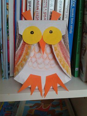 knihomolka (bílý a barevný papír, pastelky)