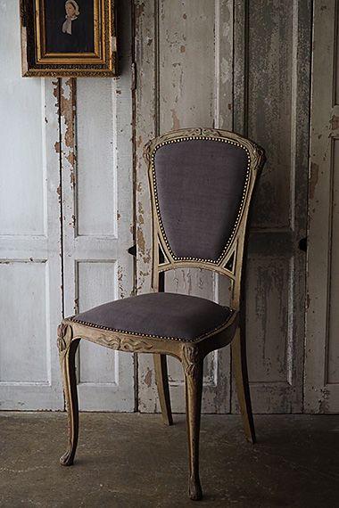 抽象的モチーフ、アール・ヌーヴォーの椅子-antique french chair 植物の蔓や蔦を文様化して装飾とした20世紀初頭の「新しい芸術」の風潮。まるで生き物の様にデザインに曲を加えた当時の流れを受けた一脚、フレームはモスグリーンと椅子としては一風変わった色ですが、エクトール・ギマールがデザインしたパリの地下鉄の入り口を思い返せば有機植物を表す色として合致する。背もたれ、座面共にクッション含め全て新たに張り替えております。木部にダメージ無く実際お座り頂けます。