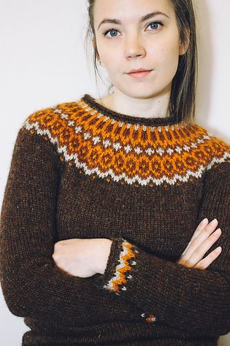 Gamaldags, which means Old fashion in Icelandic, is at first glance a very traditional lopi sweater. A closer look however shows a refined fit with a very feminine allure and an unusually scooped neckline. Instructions for the cardigan also include tips to make a sweater as well as a shorter version, and 3 different colorwork combinations.