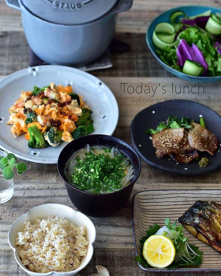 「* 12/18 * + . . #夜ごはんのような昼ごはん 。  人に作るご飯じゃなくて、自分に作るご飯って何か贅沢で幸せ感ないです? . 私だけかなー。 . . 美味しい玄米ごはんのおかずは 、  海老とブロッコリーのふわふわ卵炒め #茅乃舎 さんのラー油かけ  塩鯖  カリカリ豚バラと九条ネギ炒め…」
