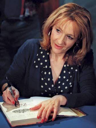 """LITERATURE-JK. ROWLING  Joanne """"Jo"""" Rowling  bilinen adıyla J. K. Rowling, Harry Potter fantastik bilim kurgu serisinin yazarı olarak tanınmış İngiliz yazar.Rowling'in Harry Potter serisi tüm dünyada 400 milyon kopya satarak çocukların gözünden alabildiğine engin bir hayal dünyasına seslendiğinden son derece büyük bir ilgiyle okundu ve bir anda çok satan kitapların en başına yükseldi.Kitaptan edindiği 1 milyar doları aşan servetiyle, bir kitap yazarak dolar milyarderliğine çıkan ilk kişi…"""