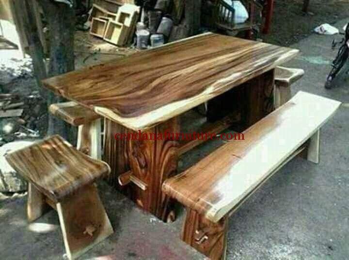 Meja Ruang Makan Trembesi Family memiliki tampilan cantik dengan design minimalis terbuat dari kayu trembesi, meja makan yang kuat dan kokoh.
