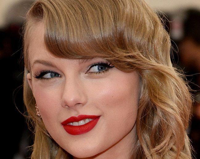 Taylor Swift de postiços e make perfeito   Como aplicar cílios postiços em 5 minutos
