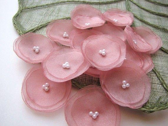 Fiori fatti a mano in organza - cucire su appliques    Diametro-circa 2 pollici (± 0,25 ) (5 cm ±0.6);    Tessuto di organza di shimmery utilizzato materiali, finte perle perline;    Colori polverosi rose rosa, perline bianco;    Quantità-15pcs;    Questi fiori possono essere utilizzati per cucire vari, abbellire, decorare progetti  -Accessori per capelli (forcine, cerchietti, titolari di coda di cavallo)  -matrimonio mestieri (bouquet da sposa fusciacche, boutonnieres, stelo di fiori)…