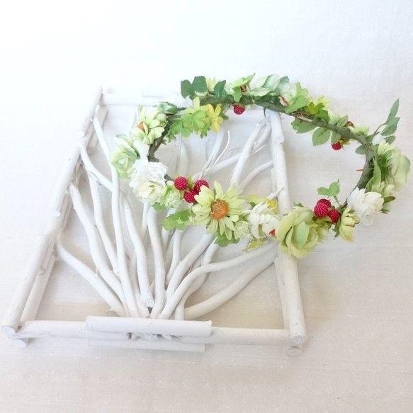 野いちご畑で作ったような花冠です。グリーンベースにホワイト、イエロー、赤い野いちごがワンポイントになっています。ゴージャスさよりナチュラルさをもとめる花嫁様に... ハンドメイド、手作り、手仕事品の通販・販売・購入ならCreema。