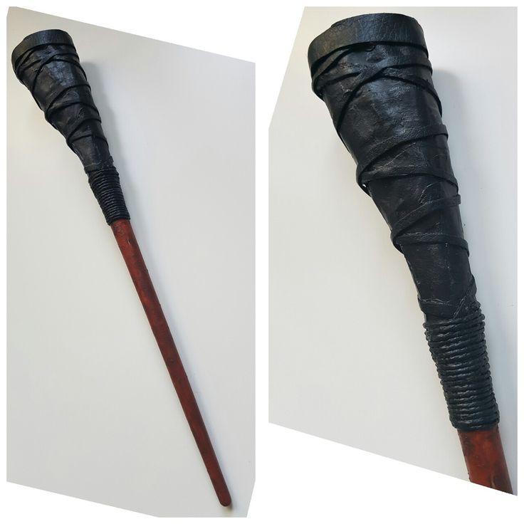 Bacchetta di George Weasley (Harry Potter).  Un pennello, della carta + colla per fare l'impugnatura, spago con qualche strisciolina di pelle per decorare, colori acrilici ... et voilà