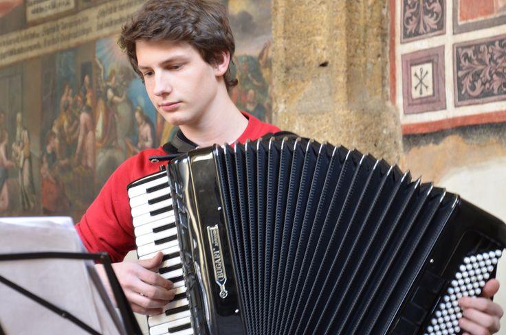 14.03.15 Bernhard Schöch spielt Ziehharmonika in der Magdalenakapelle in Hall.