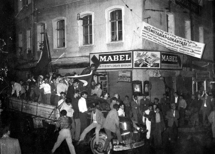 Bugün, 6 - 7 Eylül Olaylarının 59. Yıldönümü. Aşağıdaki dört fotoğrafa bakıp biraz düşünelim ... 1. Şehrin varoşlarından merkeze kamyonlarla garibanlar taşınıyor.