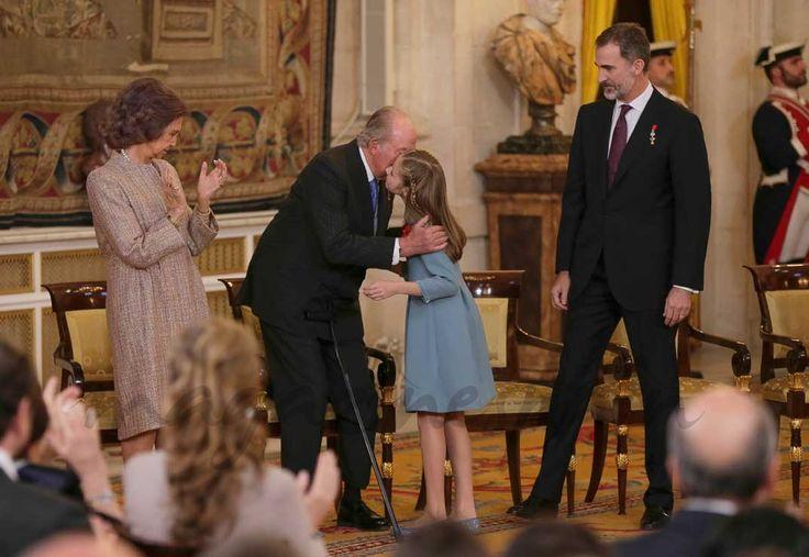 Con motivo de su 50 cumpleaños, el rey Felipe VI impone el Toisón de Oro a la princesa Leonor  Reina Sofía, rey Juan Carlos, princesa Leonor y rey Felipe