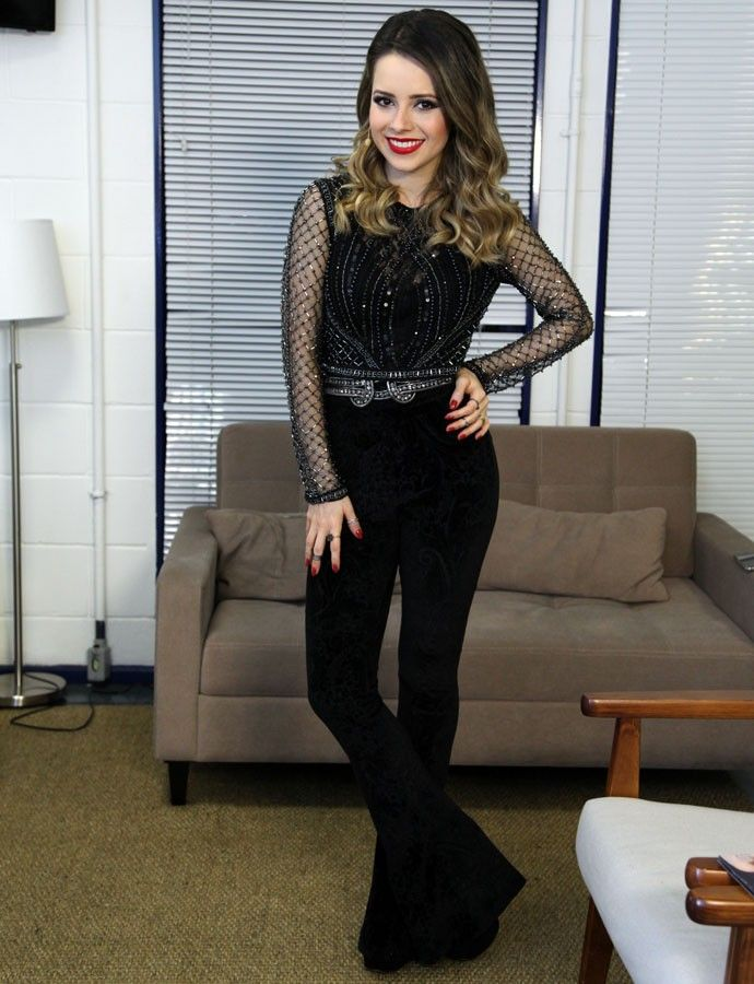 Sandy aposta em look com calça de veludo e brilho (Foto: Isabella Pinheiro /