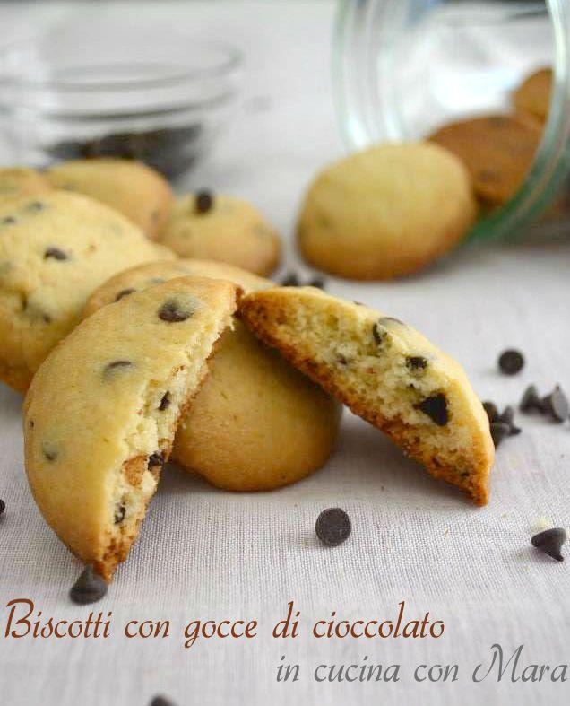 Biscotti con gocce di cioccolato: buoni, super golosi e perfetti per ogni momento della giornata.Ideali per accompagnare il tè o il caffè del pomeriggio.