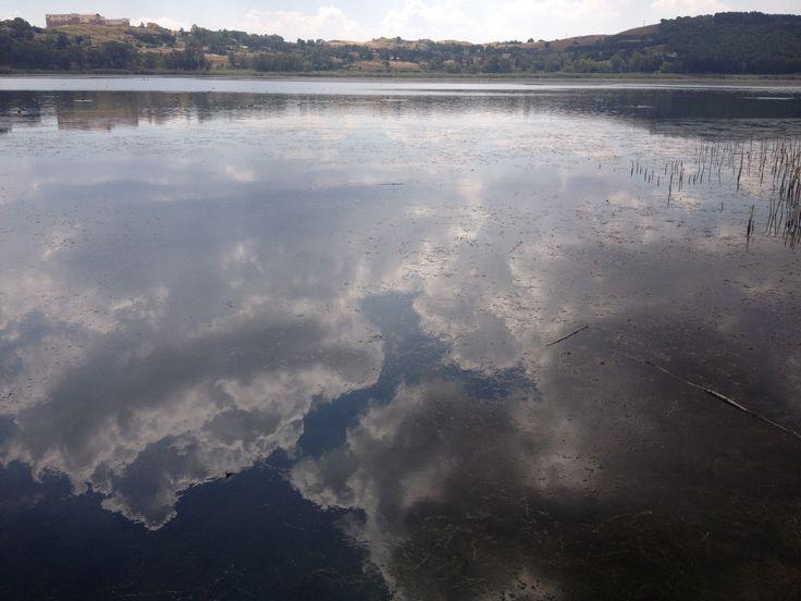 Pergusa (EN) - Il lago di Pergusa è il più grande lago naturale della Sicilia e ospita una Riserva Naturale, le sue acque sono riflettenti come uno specchio - Lake Pergusa is the largest natural lake in Sicily and is home to a natural reserve, its waters are reflective like a mirror.