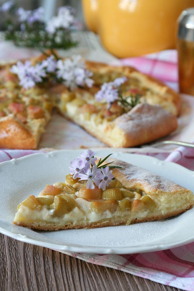 Recept na Rebarborový koláč s jemným krémem z kategorie vegetariánské:   Těsto  250 g hladké mouky – Babiččina volba na křehká těsta + na podsypání, 40 g...