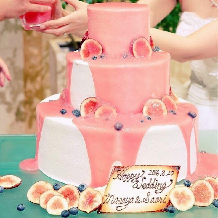 ⋆*❁ ゲストの目の前で#ウェディングケーキ を完成させる #カラードリップケーキ の演出 * ケーキにかけるソースがこだわりどころ ベビーピンクのソースをたっぷりかければ、 とびきり可愛らしいウェディングケーキに * #イチヂク をデコレーションした 真っ白でシンプルおしゃれなデザインから、 ピンクの愛らしいデザインに変身 * まるでケーキの#お色直し ですね✨ * photo by @gardenterracehigashiyama * #花嫁 #プレ花嫁 #結婚式レポ #結婚準備 #結婚式 #結婚 #結婚式準備 #披露宴 #プロポーズ #婚約 #卒花 #卒花嫁 #marry #marryxoxo #2017夏婚 #2017冬婚 #2017秋婚 #2018春婚 #2018夏婚 #2018秋婚 #披露宴演出 #垂らしこみケーキ #初めての共同作業