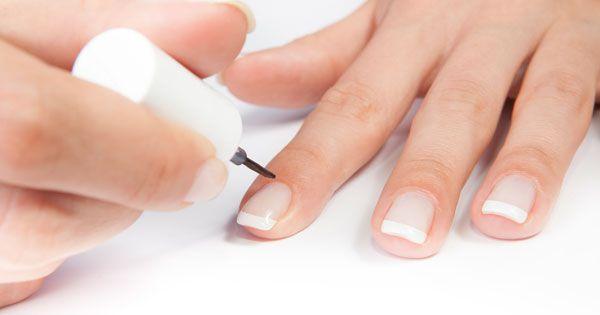 French Nails sind ein echter Klassiker der Maniküre und lassen sich zu Hause leicht selber machen. Wir zeigen Step by Step, wie euch der Look gelingt...
