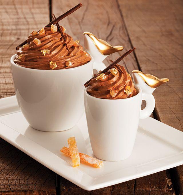 Ingredientes Suco e raspas de uma laranja pera • 25 ml de água • 100 g de açúcar • 3 ½ gemas • 280 g de chocolate meio-amargo em barra (53% de cacau) • 430 g de creme de leite fresco, batido como chantilly mole • 10 ml de licor de café • Laranjas cristalizadas …