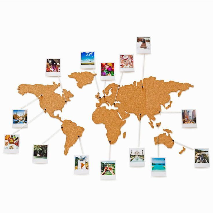Met dit wereldkaart prikbord van kurk geef je jouw reizen een mooi plekje in huis. Pin jouw foto's, kaartjes en andere reisherinneringen vast op en rondom het prikbord, zoals jij het wilt. De wereldkaart wordt geleverd in losse delen en is eenvoudig op de muur te plakken. Er zit een setje van 16 pins (helaas niet los te verkrijgen) bij. Het prikbord is 45,5 x 100 cmgroot en gemaakt van 0,5 cm dik kurk.