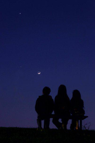 Сегодняшним вечером над западной частью горизонта, можно будет пронаблюдать красивую пару невооруженным взглядом -  молодую Луну с пепельным светом и Венеру. Лучшее время для наблюдений около 20:00 по мск. / Astro Analytics