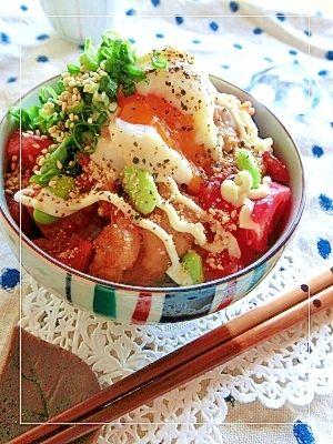 「鶏唐揚げと温泉卵とトマトの丼」お弁当用や夕飯の残りの唐揚げを丼にリメイク✫トマトであっさり味なので、朝食にガッツリとどうぞ♡【楽天レシピ】