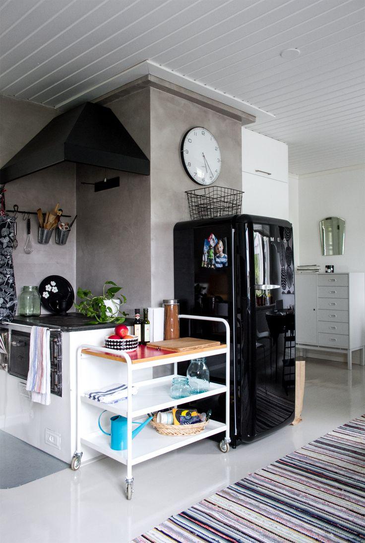 Keittiö, puuhella, tarjoiluvaunu, jääkaappi, smeg. Vanhaa ja uutta. Mikrolaasti. Kitchen, old stove, trolley, fridge, smeg. Old and new.