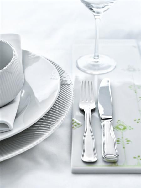 Table setting with White Elements and a touch of Multicoloured Elements