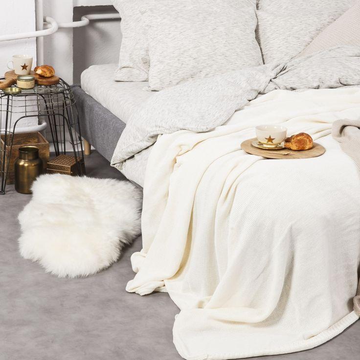 Pościel uszyta jest z 100% bawełny typu JERSEY. Jest bardzo miękka, wyjątkowo przewiewna i doskonale odprowadza wilgoć. Niezmiernie ważny jest dla nas komfort snu, dlatego też tak dużą wagę przywiązujemy do materiałów z jakich powstają nasze produkty.