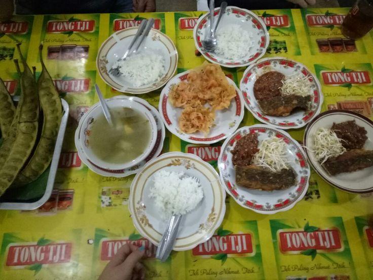 Pete,  nasi,  pecak ikan dan tauge,  sayur asem (Pete,  rice,  fried fish, bean sprout and sambal,  Indonesian clear vegetable sour soup)
