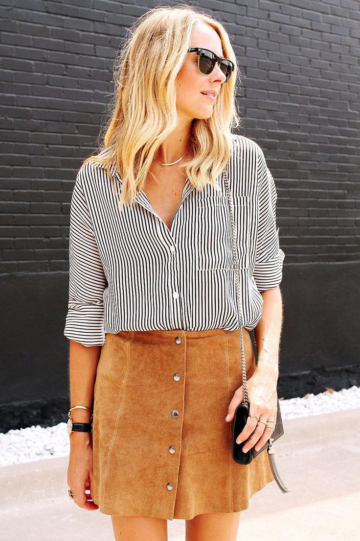 look casual e fresh perfeito para uma tarde de verão. combine a praticidade da saia camurça com camisa listrada, mini bag e bom passeio!