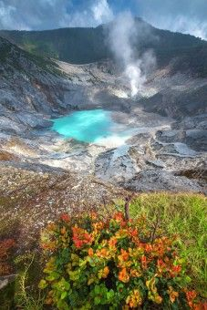 Tangkubanparahu Crater, Bandung, Indonesia. http://www.bdgexpat.com
