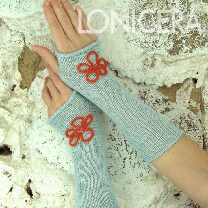 Nebe+na+dlaních+Bezprstové+rukavice+ze+100%+jehněčí+vlny+zdobí+po+jednom+ručně+našívaném+květu+ze+100%+vlny.++Světlounce+modrá+vlna+je+tatáž,+z+které+je+upletený+i+modrý+nákrčník.+Rozměry+volně+rozložených+rukavice:+šířka+7+-+9+cm+(jsou+lehce+tvarované),+délka+cca+26+cm.+Rukavice+perte+i+sušte+šetrným+způsobem.