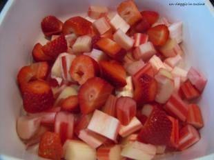 tagliare rabarbaro e fragole