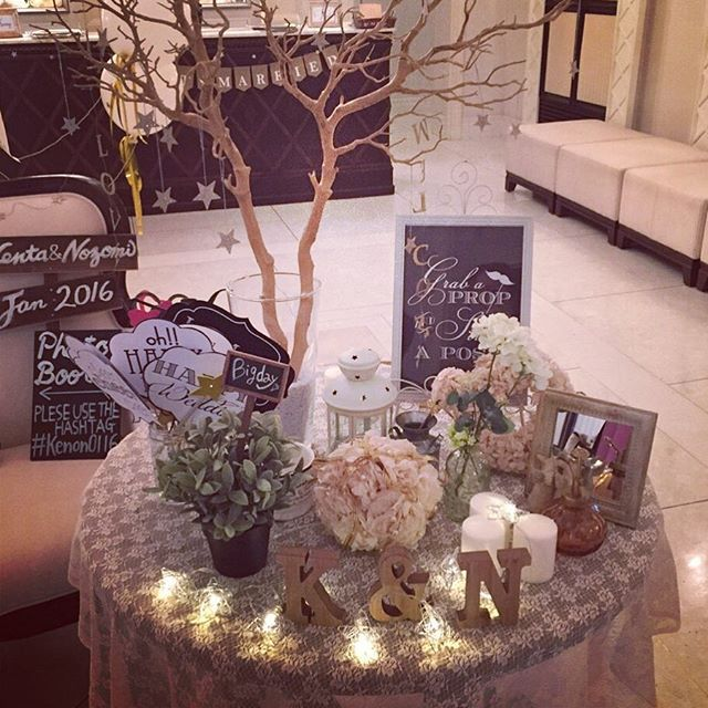 *weddingreport*no.21 . . . ウェルカムスペース♫ フォトブースの横にウェルカムツリーとフォトプロップス、ペパナプリースなどをお任せで置いてもらいました(o^^o)♡ クロスはフラワーコーディネーターさんが用意してくださったものです♡ #ウェルカムスペース #フォトブース #ウェルカムツリー #ペパナプリース #スターライト #フォトプロップス #卒花 #プレ花嫁 #takeandgiveneeds #ベイサイド迎賓館神戸