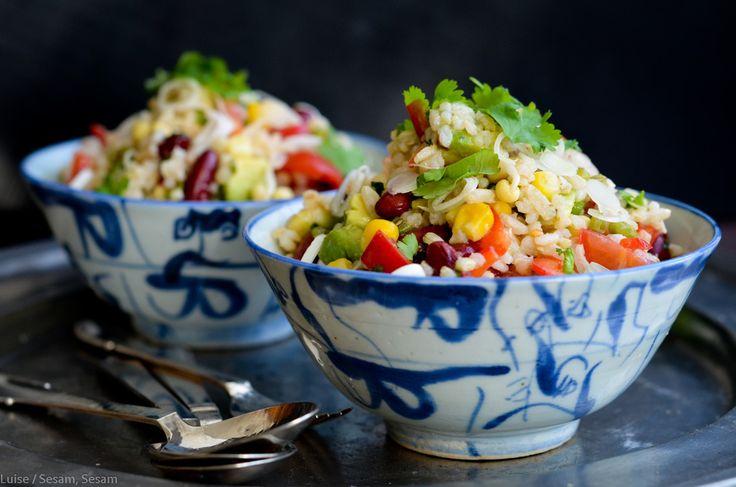 Jeg har en lille svaghed for mexicansk mad. Og for mexicanske ingredienser.  Det er ikke fordi, jeg har en svaghed for Mexico - eller nogen form for  relation dertil. Det er sikkert bare et tilfælde, men mit madglade hjerte  banker lidt mere for kidneybønner, majs, avocado, lime og koriander, end  det banker for så meget andet.  Mexicansk rissalat (tilbehør til 4 personer eller hovedret til 3)     * 125 g (brune) ris, kogte og afkølede (evt. fra dagen før)     * 1 dåse kidneybønner, drænede…
