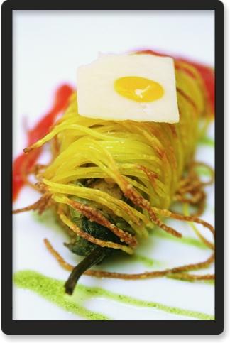Cannolo di melanzane perlina con capelli d'angelo croccanti, ricotta, pomodorino, scaglie di siracusano e olio al basilico Aubergines cannolo in crunchy pasta with Datterino tomatos, ricotta cheese, Ragusano DOP