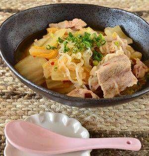 丸ごと買った白菜。使い切れずに萎びてしまった・・・なんてことはありませんか?そんな方にぜひご紹介したい、白菜を使ったメインおかずのレシピをまとめました。どれも15分以内で作れるので、毎日の献立に役立ててくださいね♪ ■豚肉と白菜のピリ辛味噌煮  豚肉と白菜のピリ辛味噌煮by 柴田真希さん 5~15分 人数:2人 豚肉や白菜・しらたきを炒め煮にします。ニンニクや豆板醤が効いているのでスタミナがつきそ