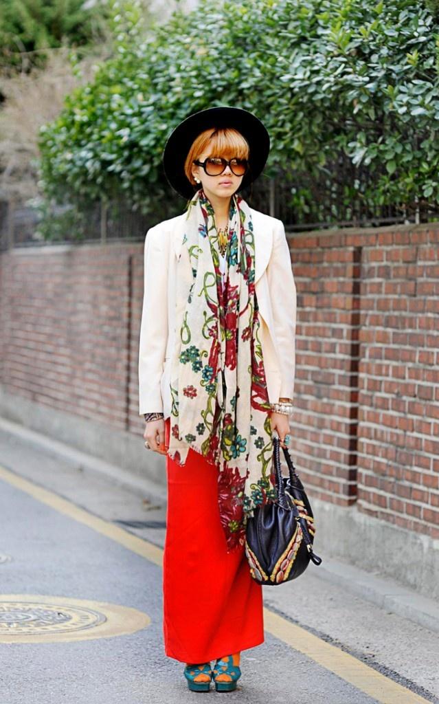 Blog post :  http://www.eggonakillheel.com/2013/04/red-high-waist-long-skirt.html  (Photo via streetper.co.kr)