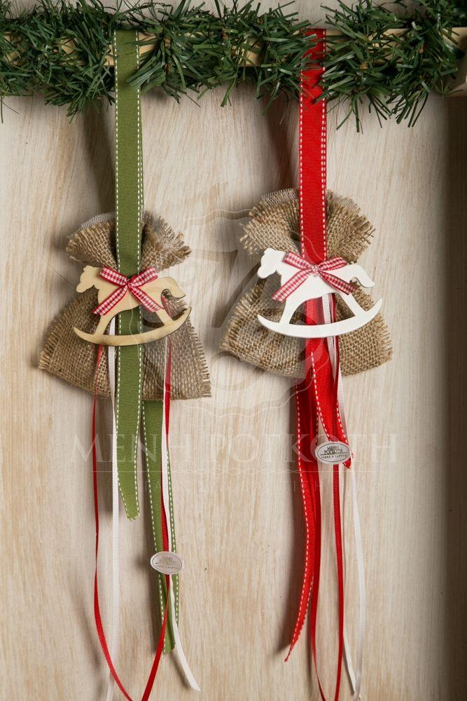 Χριστουγεννιάτικες μπομπονιέρες βάπτισης για αγόρι και κορίτσι κρεματή με πουγκί λινάτσας και ξύλινο αλογάκι