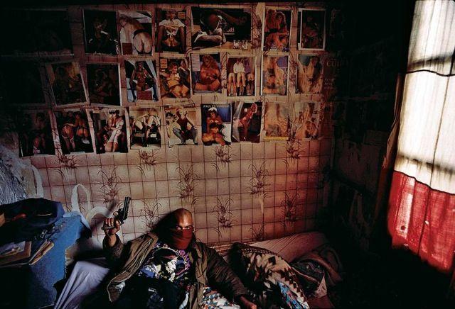 Yan Morvan / Avril 1995, Guy Georges dans sa chambre du squat Saint-Sauveur.
