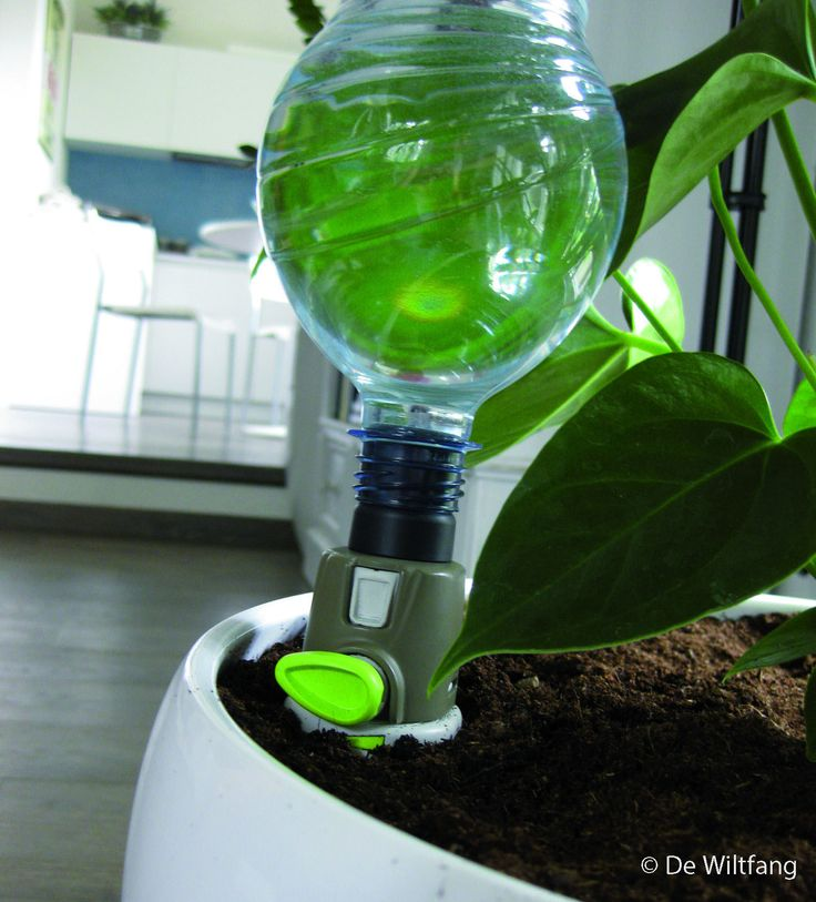 Simpel in gebruik. Draai een met water gevulde pet fles ( 0,5 tot en met 2 liter fles ) op de druppelaar, maak een  gaatje in de bodem van de fles om te voorkomen dat hij vacuüm trekt en duw de punt in de grond.   Door de druppelaar krijgen planten water via constante druppelirrigatie. Met de knop voorop kan de druppelsnelheid worden ingesteld. Dit zorgt er voor dat de wortels niet onder water komen te staan.