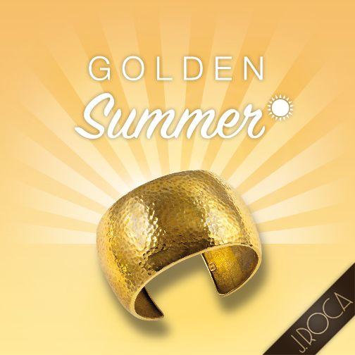 Colección Martelé inspirada en el halo y la luminosidad del sol. Joyas que emanan un brillo y elegancia natural adaptándose a la piel secreta de la mujer Joya: Pulsera de oro en acabado martelé