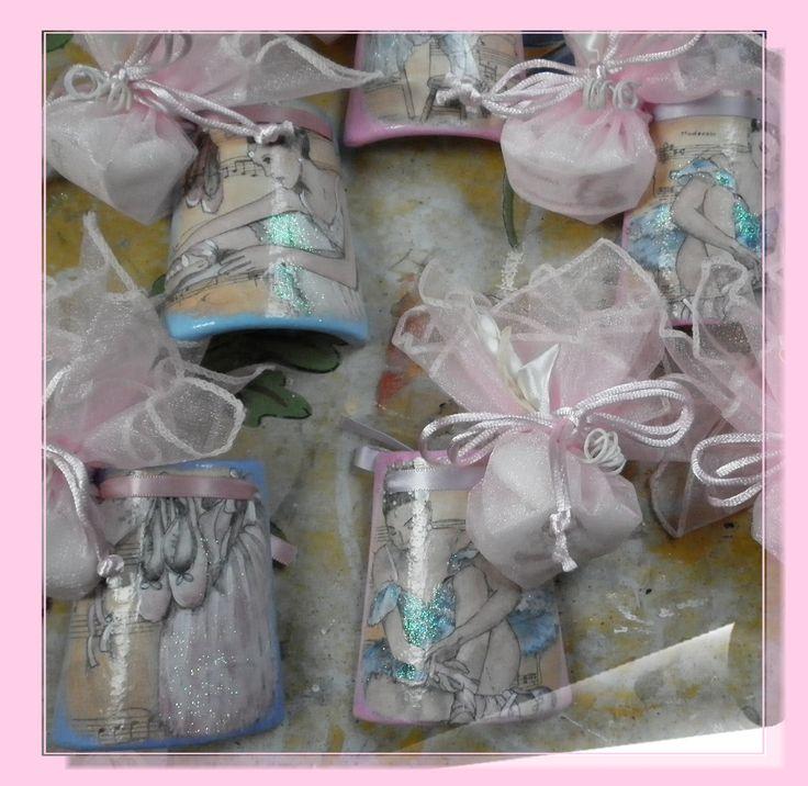 Bomboniere Comunione tegolina alta cm 8 in ceramica biscotto decorata con carta di riso soggetto ballerina  e rifinita con colori acrilici